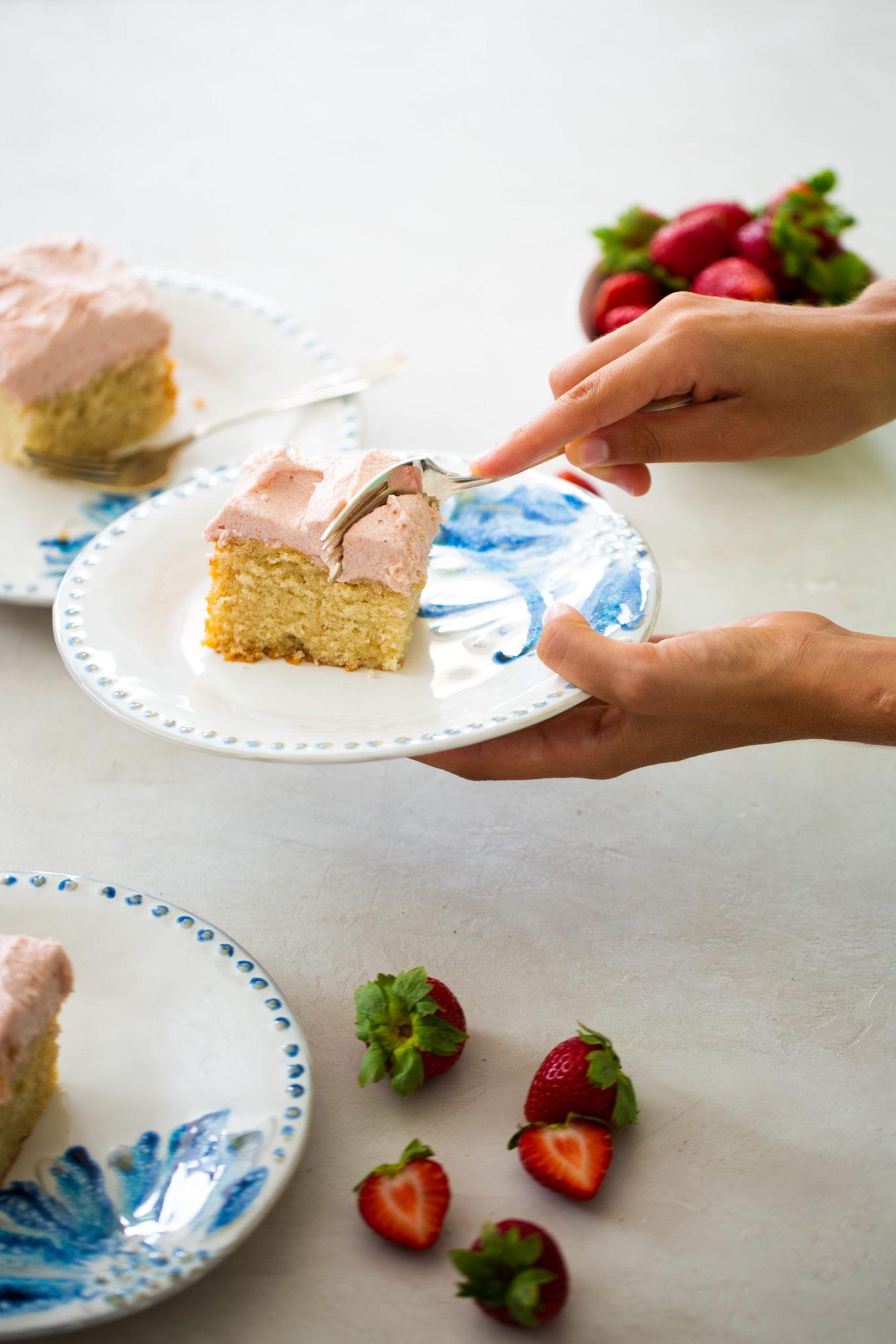 pastel con betún rosa