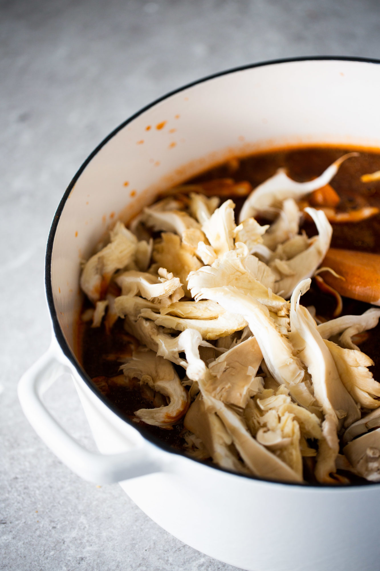 olla de pozole vegetariano de champiñones