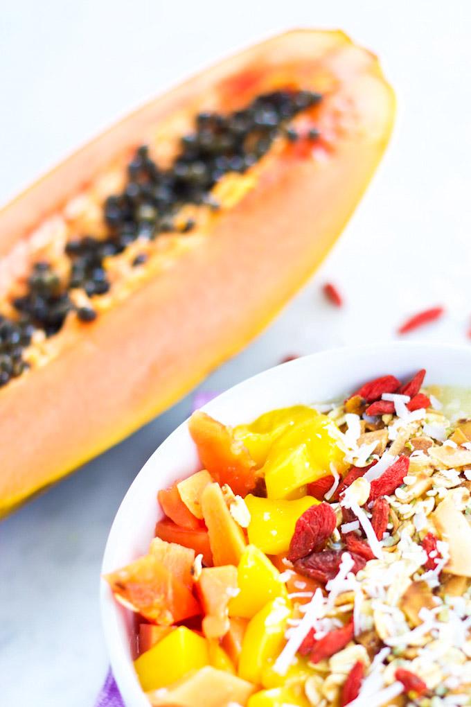 smoothie bowl vegano con frutas y super alimentos