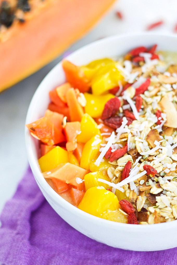 smoothie bowl tropical con papaya y super alimentos