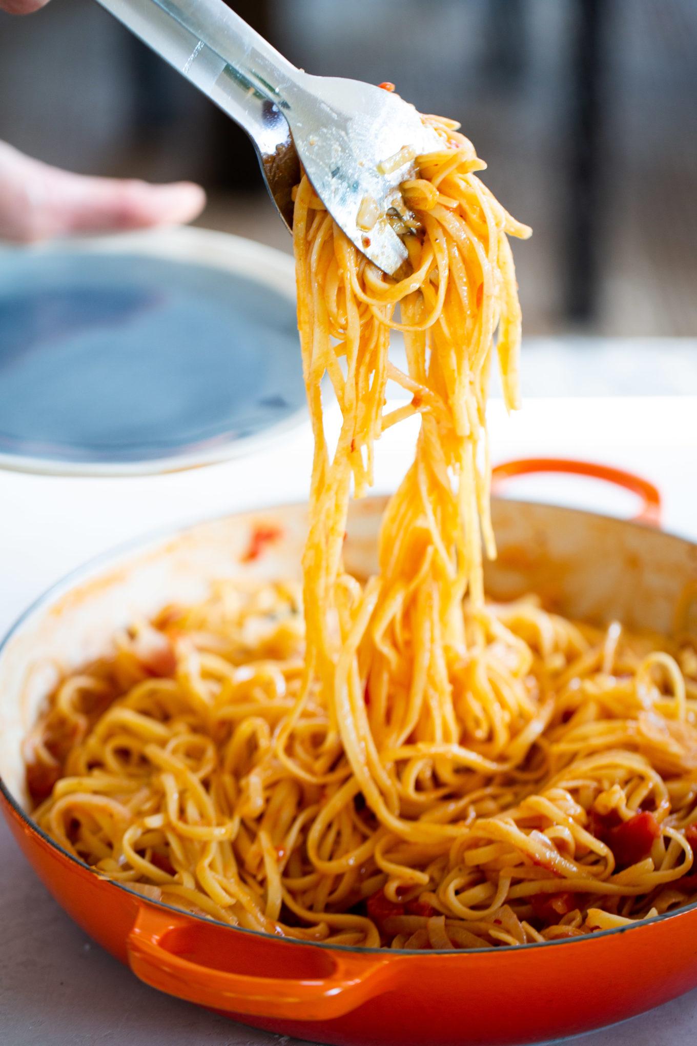 Pasta con tomate antes de servir en un plato.