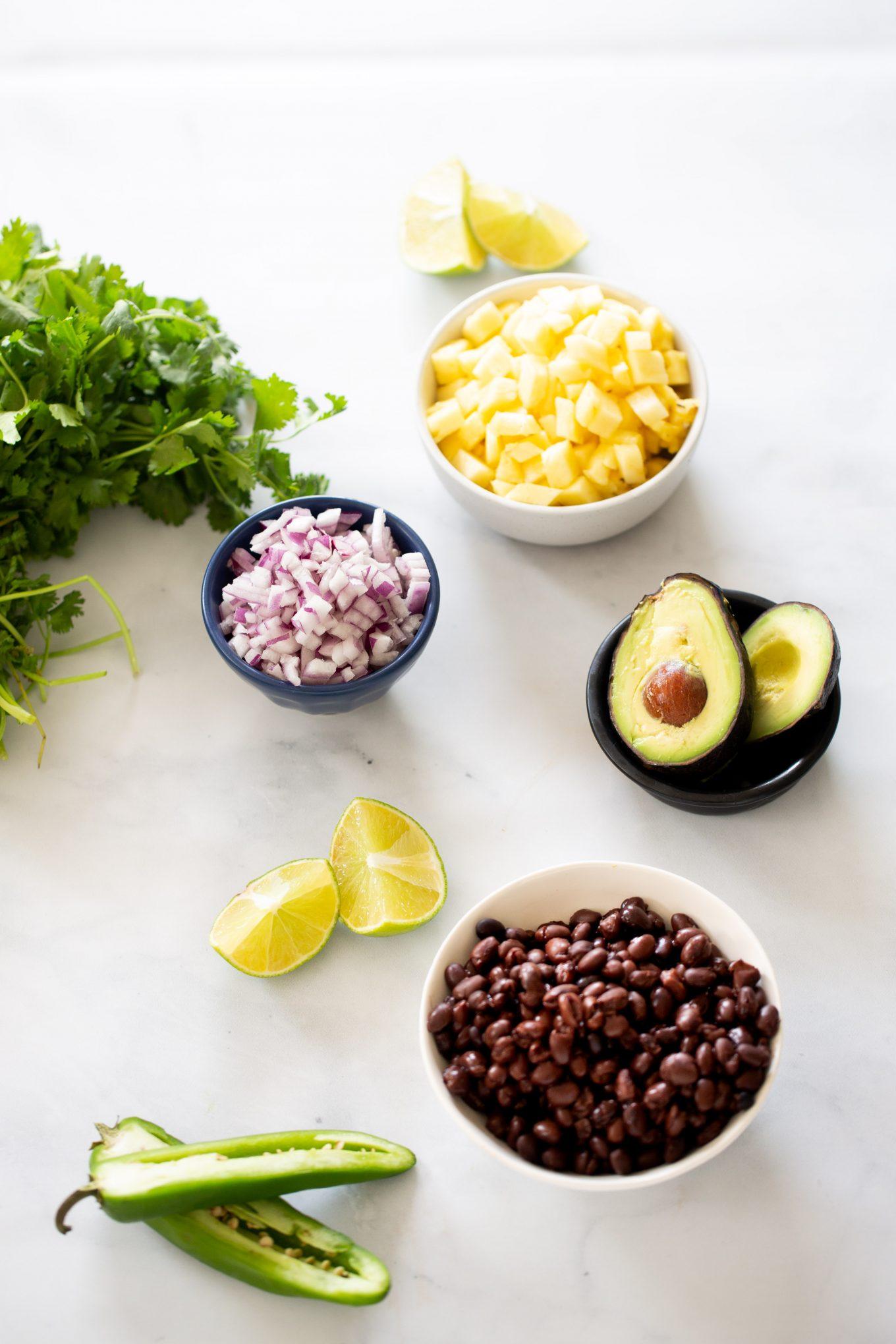Ingredientes para hacer una salsa mexicana con piña.