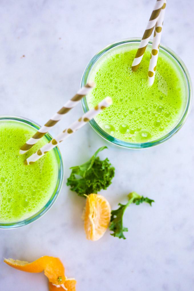 dos vasos con licuado verde de mandarina y kale