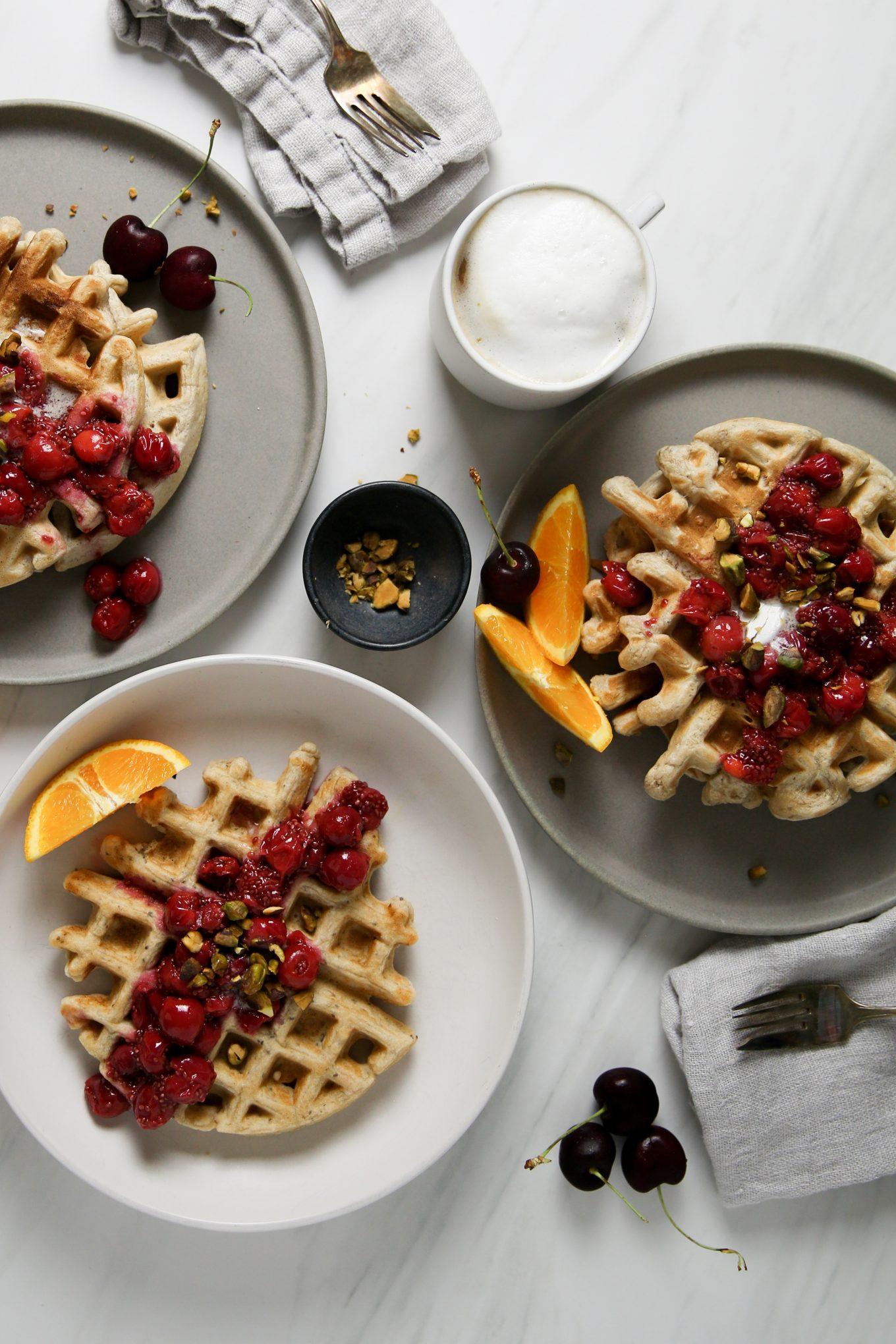 waffles hechos en casa con cerezas, pistaches y naranja