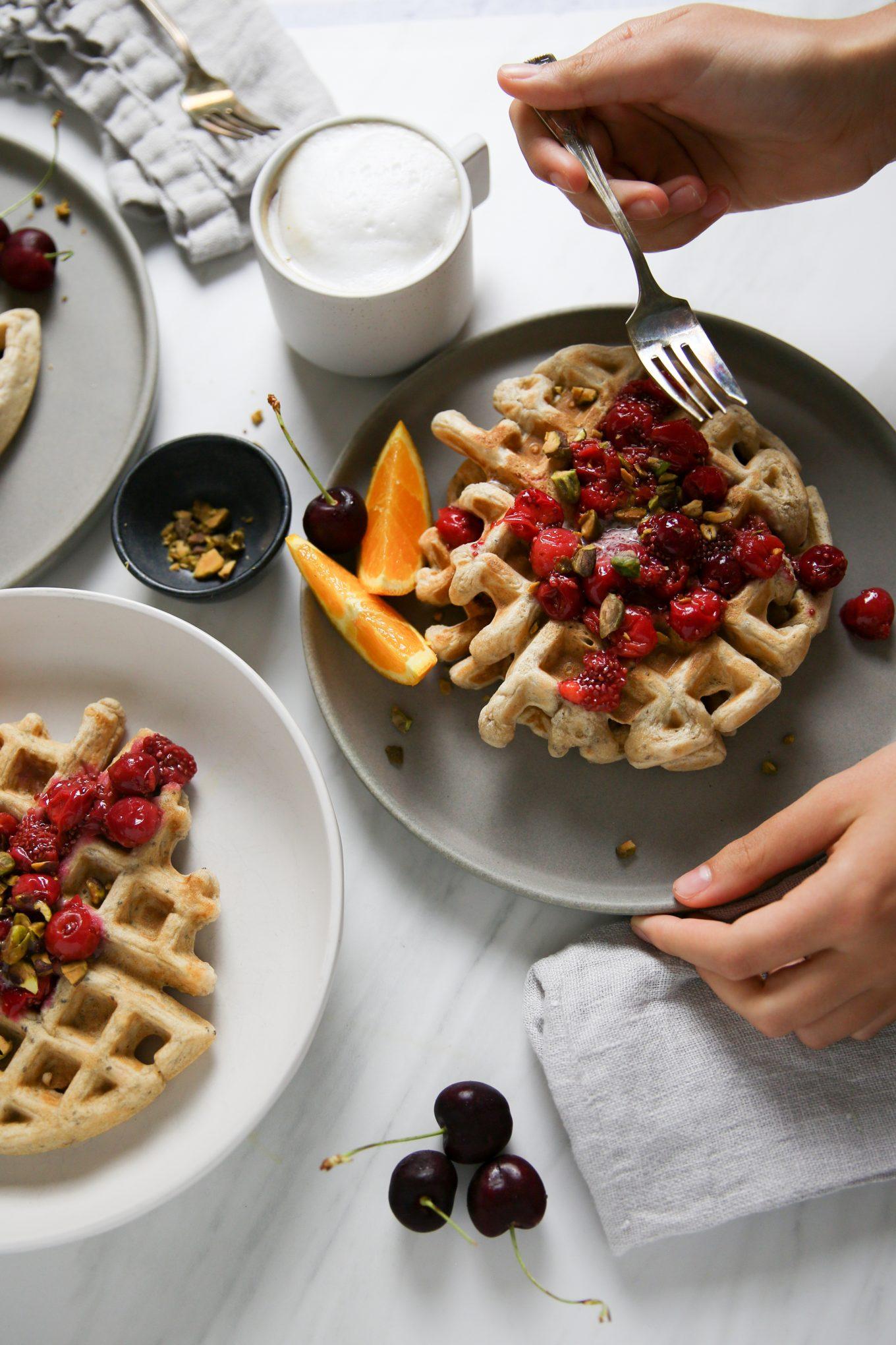 waffles hechos en casa con cerezas y peistaches