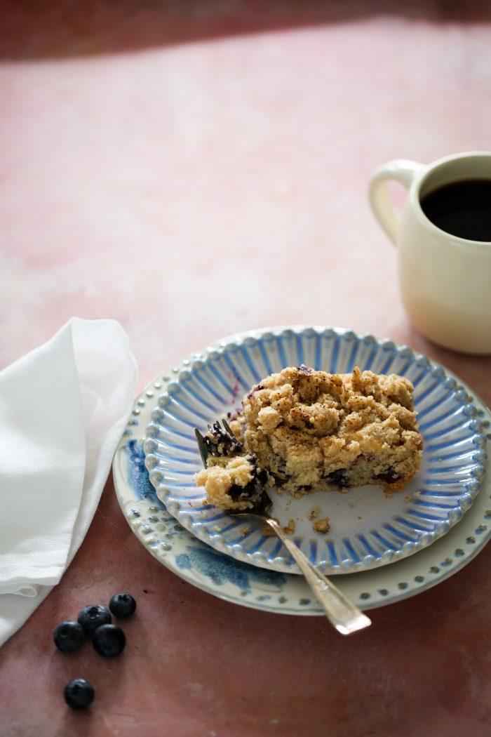 plato con coffee cake de blueberries y un café